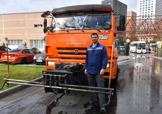 Наши соседи: Алексей Абрамов уже пять лет моет улицы ЮВАО
