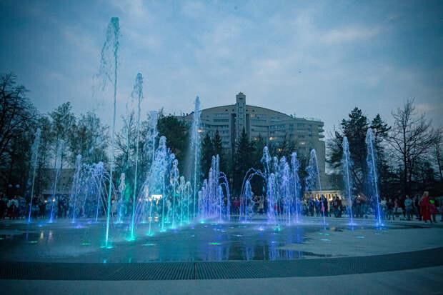 В Центральном парке Новосибирска запустили светомузыкальный фонтан — 10 ярких фото