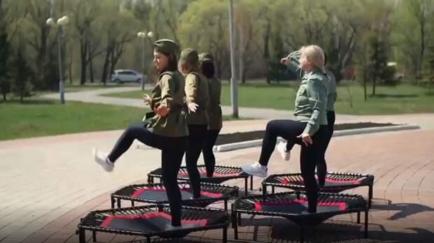 «Прыжки на костях»: Омский батутный центр снял ролик с танцами возле мемориала Победы
