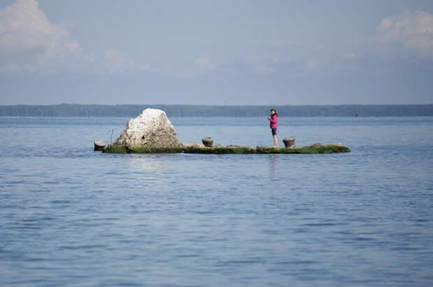 Рыбинское мое в наши дни. Некоторые камни, оставшиеся от города, показались из воды. /Фото:pravmir.ru.