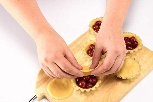 Шаг 2. Наполняем кексы виноградом