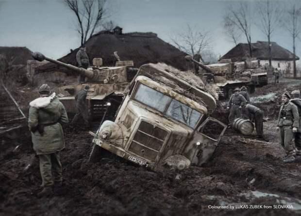 Заправка Тигров в грязи, Украина, 1943 год. Источник: pinterest.com