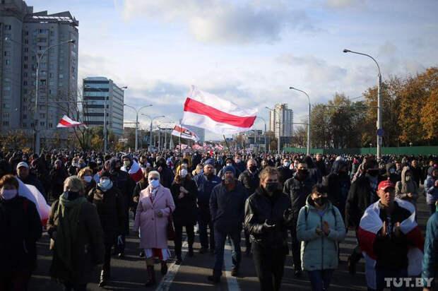 В Минске протестующие закидали силовиков камнями