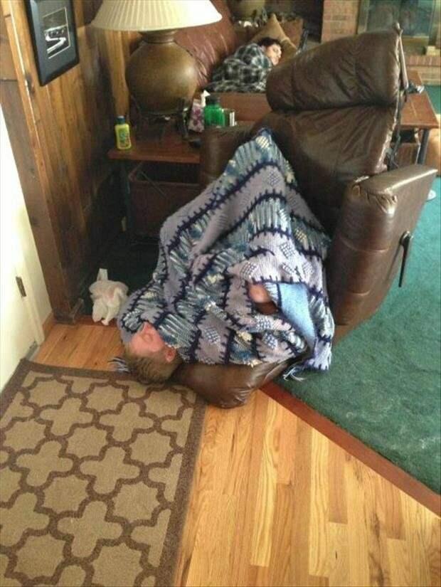 8. Человеку явно казалось, что он лежит на диване беспамятство, друзья, компромат, отдых, праздник, пятница