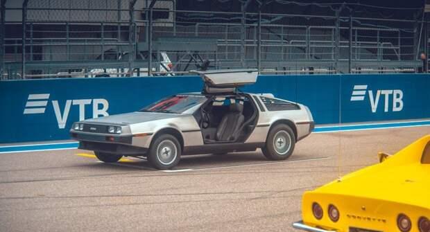 Ferrari F40 и Delorean из «Назад в будущее» устроили гонку на трассе F-1 в Сочи