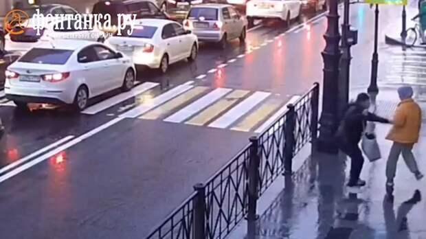 Мужчина ударил ножом школьницу на улице в Петербурге