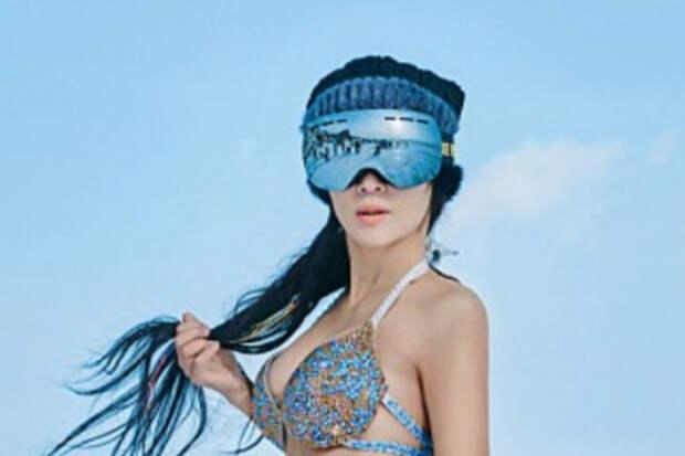 50-летняя китаянка снимается в бикини в мороз и обладает телом 20-летней девушки