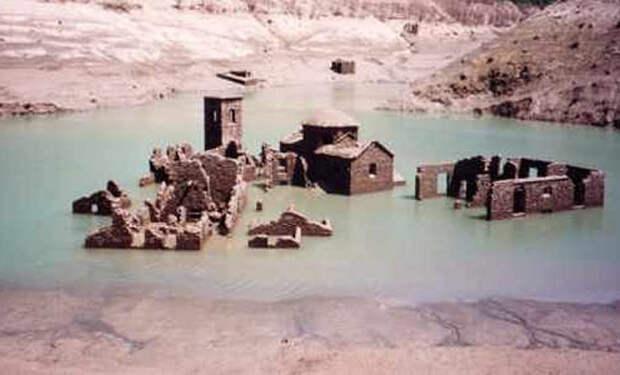 Рабочие осушили воду в озере и увидели на дне поселение, которое оставили люди когда поднялась вода