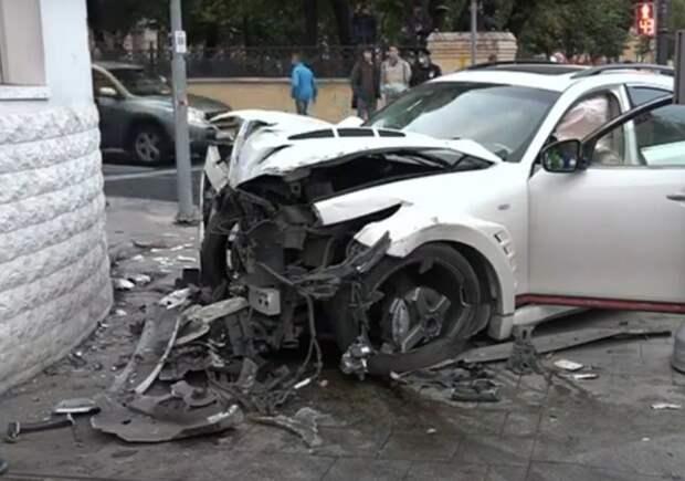В Москве иномарка сбила пешеходов на тротуаре