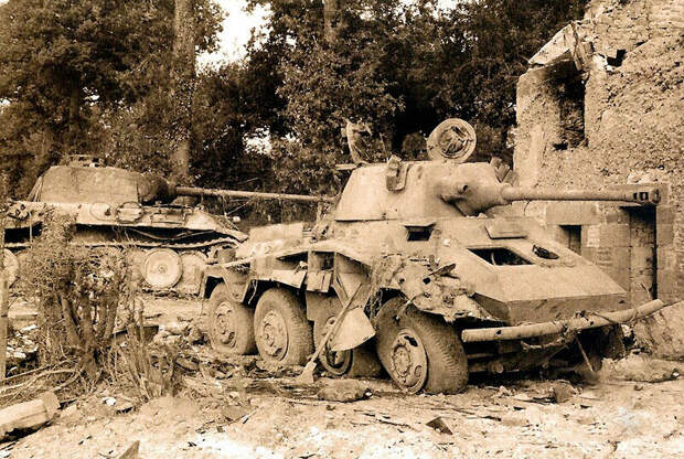 Разбитые Пантера и бронемашина Sd.Kfz. 234 Puma в Нормандии, 1944 год. Всего машин модификаций от 234/1 до /4 было выпущено 478. Источник: flickr.com