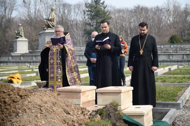 Священнослужители на церемонии захоронения останков солдат Красной армии на мемориальном кладбище на улице Жвирки и Вигуры в Варшаве.