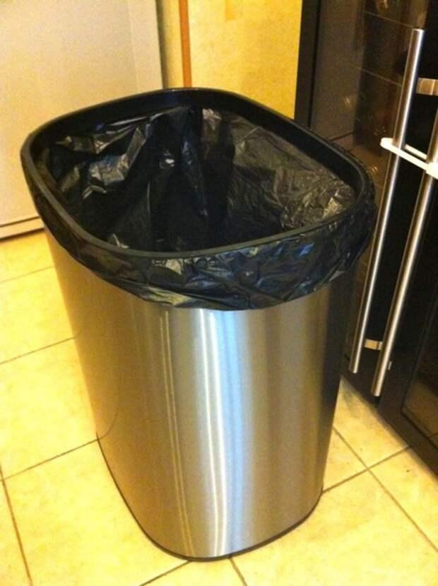 Незакрепленный мусорный пакет постоянно сползает. / Фото: Ridus.ru