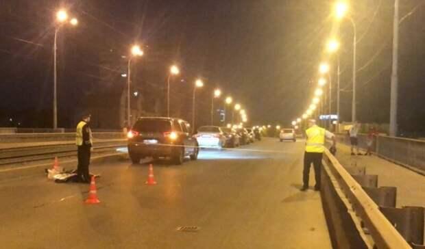 Пешеход погиб под колесами иномарки намосту наЖБИ вЕкатеринбурге