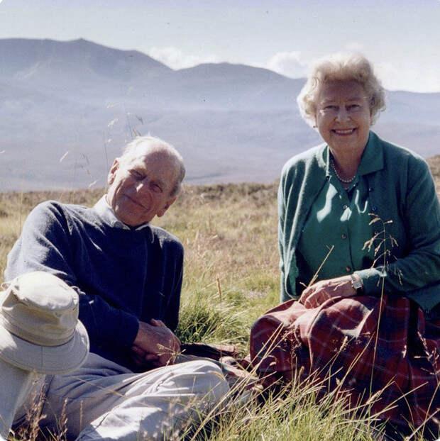 Елизавета II опубликовала неизвестную семейную фотографию с принцем Филиппом