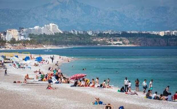 На фото: пляжный отдых в турецкой Анталье