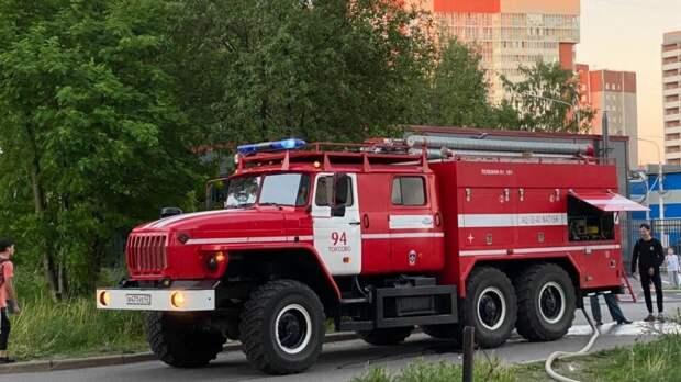 Постройки на площади в две тыс. «квадратов» на Урале охвачены огнем