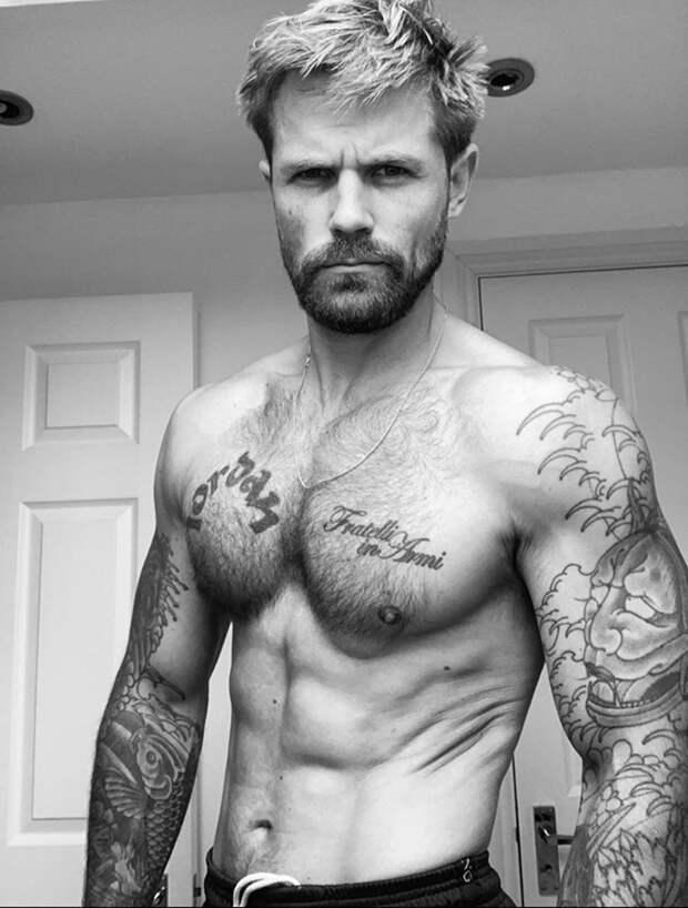 Мужчина устал видеть в зеркале лишний вес и пришел в форму всего за 3 месяца, после чего поделился авторской тренировкой