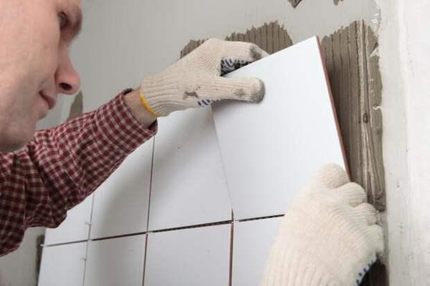 3 главные ошибки при ремонте, из-за которых плитка отпадает от стен