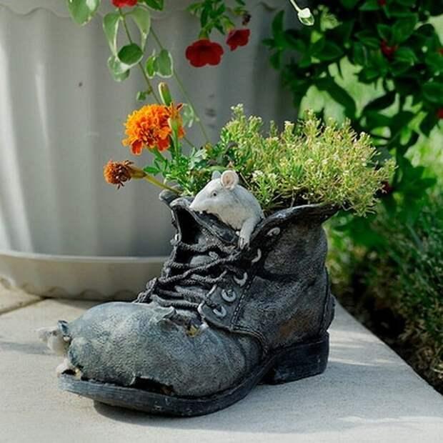 Покупной керамический ботинок клумба