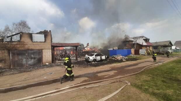 В Старом Игермане Ижевска соседи вместе с пожарными боролись с огнем на полыхающем участке