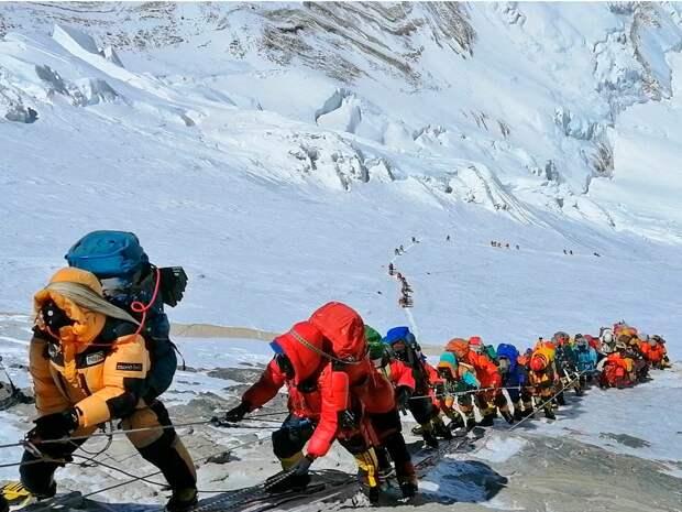 Очереди из альпинистов на горе Эверест