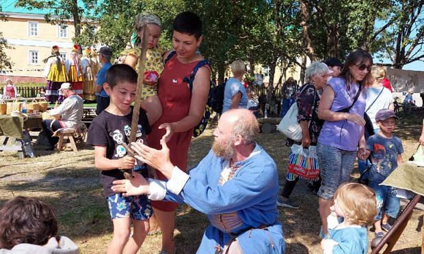 Реконструкторы из Архангельска рассказали о мирном и военном ремесле Севера на Соловецкой ярмарке