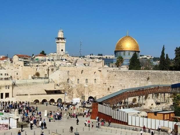 В Иерусалиме возникли массовые стычки: полицейских забросали камнями