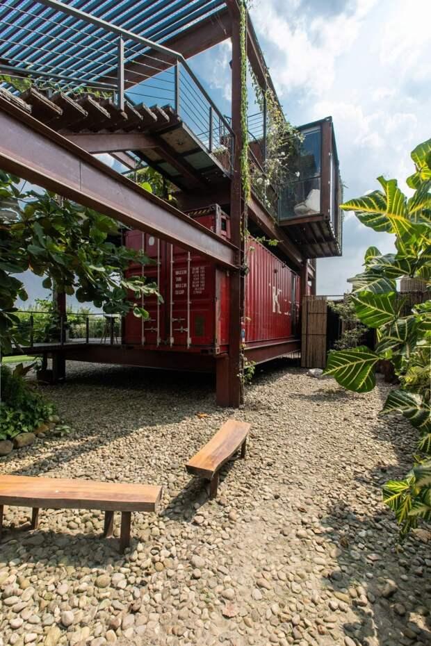 Уникальный дом из контейнеров
