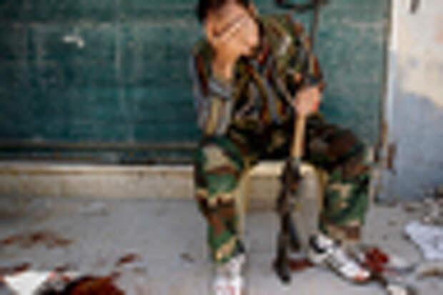 Боевик Свободной армии Сирии оплакивает погибшего товарища