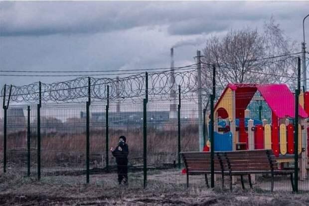 Ребенок за забором