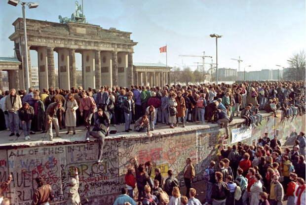 Гельмут Коль: «ГДР нам досталась по цене бутерброда!»
