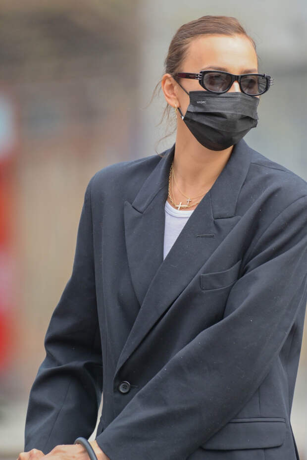 Носите черный жакет с легинсами и сапогами «под зебру», как Ирина Шейк