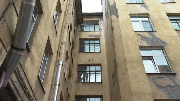 Следы истории: в доме на Лахтинской улице восстанавливают дореволюционную роспись