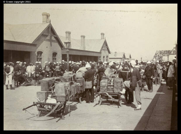 Союзные войска и боеприпасы на перроне железнодорожного вокзала