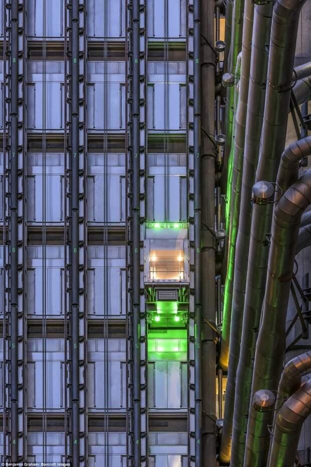Неоновая подсветка лифта на здании