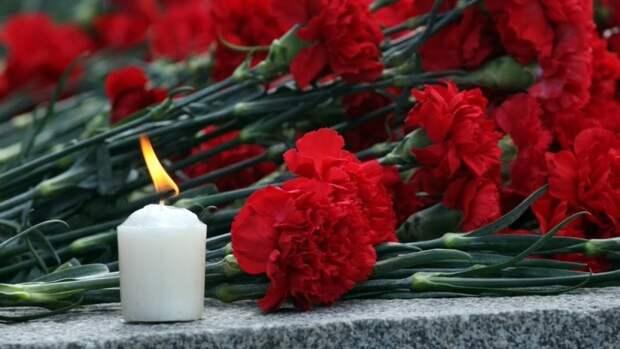 Мэр Казани возложил цветы к мемориалу погибших при стрельбе в школе