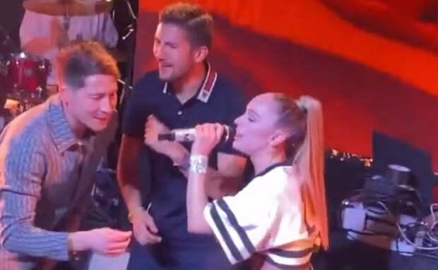 Егор Крид и Мари Краймбрери выступили на чемпионском банкете «Зенита». Футболисты пели и танцевали на сцене