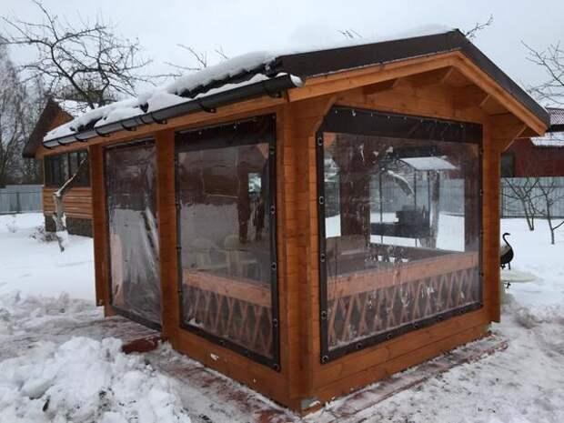 На зиму мягкие окна не рекомендуется оставлять в сложенном состоянии. Фото с сайта gibkieokna23.ru