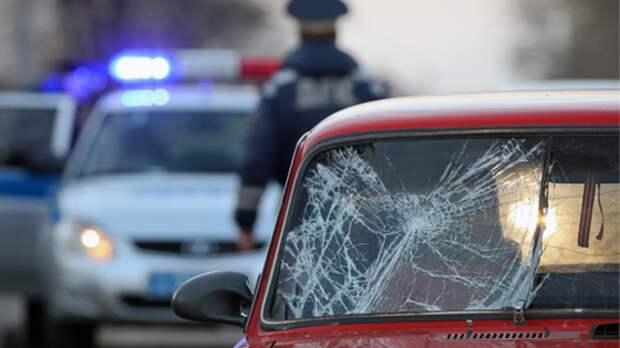 Легковой автомобиль протаранил автобусную остановку вКурске