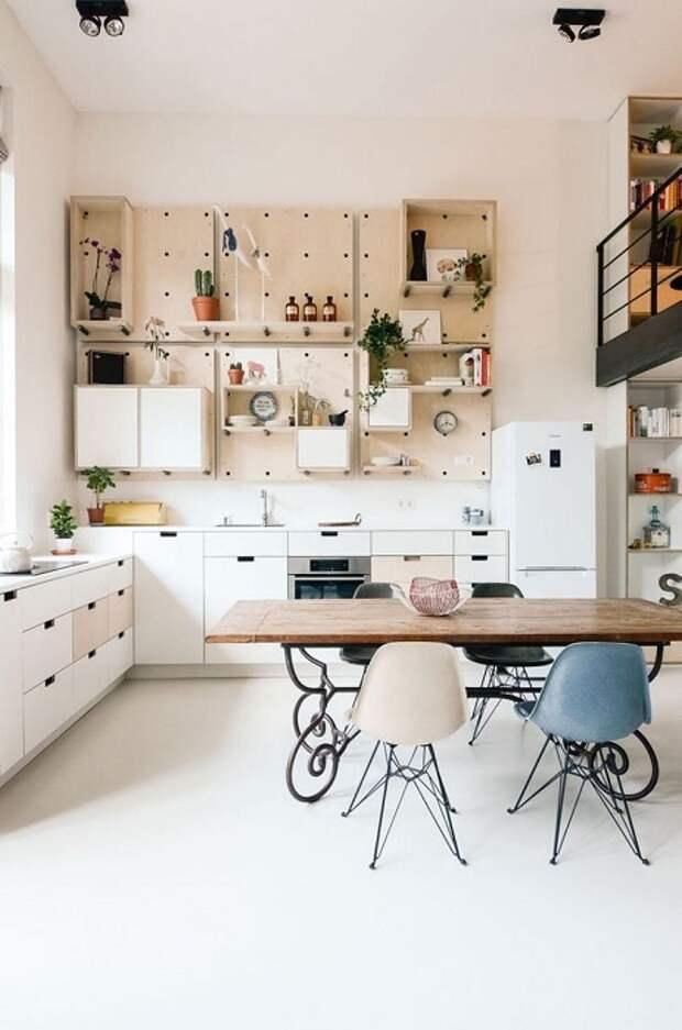 Хранение кухонной утвари на стене экономит место в небольшой кухне.