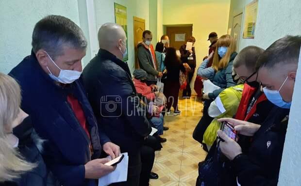 В Крыму после введения новых ковидных ограничений не протолкнуться в очереди на вакцинацию.  ФОТО, ВИДЕО