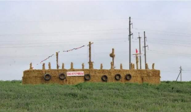 Скульптуры и арты на поле из соломы