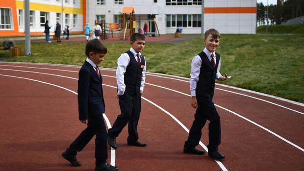 Минпросвещения заявило, что не будет досрочно завершать учебный год в школах