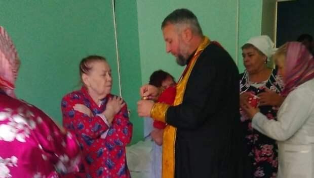 Настоятель Благовещенского храма причастил 18 пациентов ожогового отделения