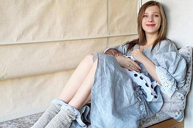 Лиза Арзамасова показала, как выглядит ее фигура через месяц после родов