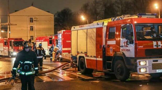 В Москве загорелась крыша административного здания