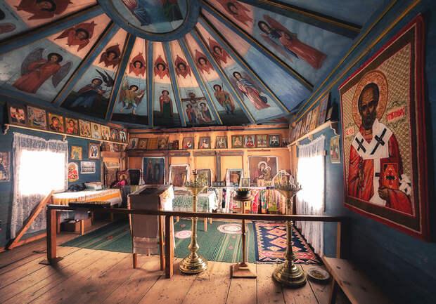 В Кенозерье множество деревянных часовен, с традиционной для Русского Севера конструкцией потолка ― «Небом» или «Небесами». Такая конструкция представляет собой усеченную пирамиду, разделенную на сектора. Каждый сектор ― изображение Святого или Ангела. Конструкция «Неба» позволяла сохранять тепло в северных храмах.