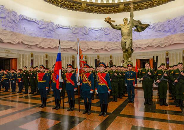 Призывники столичного салютного дивизиона ЗВО простились с Боевым знаменем