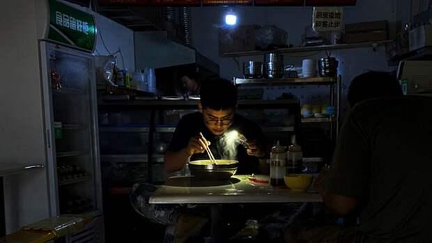 Китайцы переходят на фонарики и генераторы из-за отключения электроэнергии