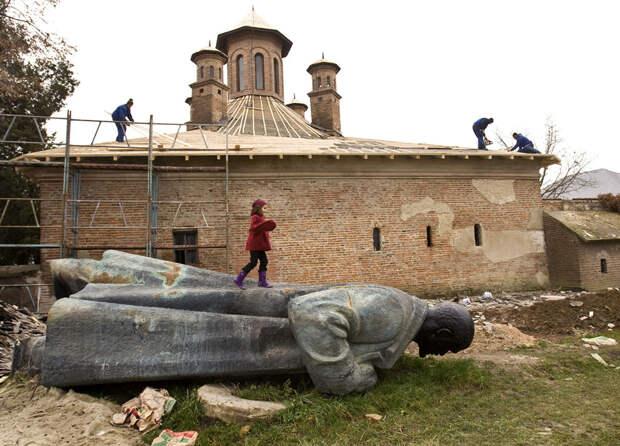 10 фото удивительных приключений памятников Ленину по всему миру
